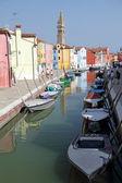 Canal in Burano little village on Venetian lagoon — Stock Photo