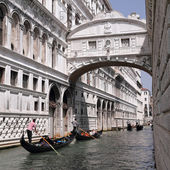 Gondolas passing over Bridge of Sighs — Stockfoto