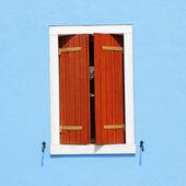 παράθυρο με μισάνοιχτη παραθυρόφυλλα — Φωτογραφία Αρχείου