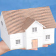 Model house in hand — Stockfoto