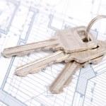 plan klucz i dom — Zdjęcie stockowe