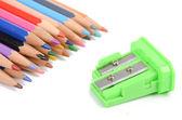 彩色铅笔和卷笔刀 — 图库照片
