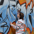 Teen girl and graffiti — 图库照片