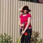 schöne junge Mädchen Bewässerung Garten — Stockfoto