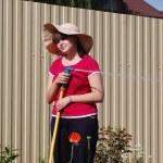 Красивая молодая девушка полива сада — Стоковое фото #11608798