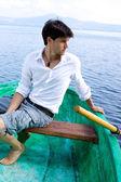 Knappe man op boot in een meer — Stockfoto