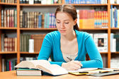 Girl studying in library — 图库照片