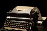Vecchia macchina da scrivere su sfondo nero — Foto Stock