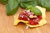 Alcuni ravioli con salsa di pomodoro — Foto Stock