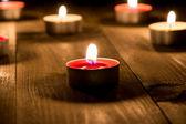 Grupo de velas queimando no meio da noite — Foto Stock