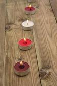 Una linea di candele accese in pieno giorno — Foto Stock