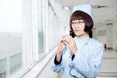 注射に笑みを浮かべて看護師 — ストック写真