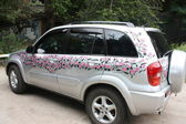 Women's car is decorated with pink flowers — Stock Photo