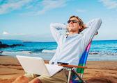 Obchodní muž na pláži — Stock fotografie