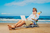 Business-mann am strand — Stockfoto