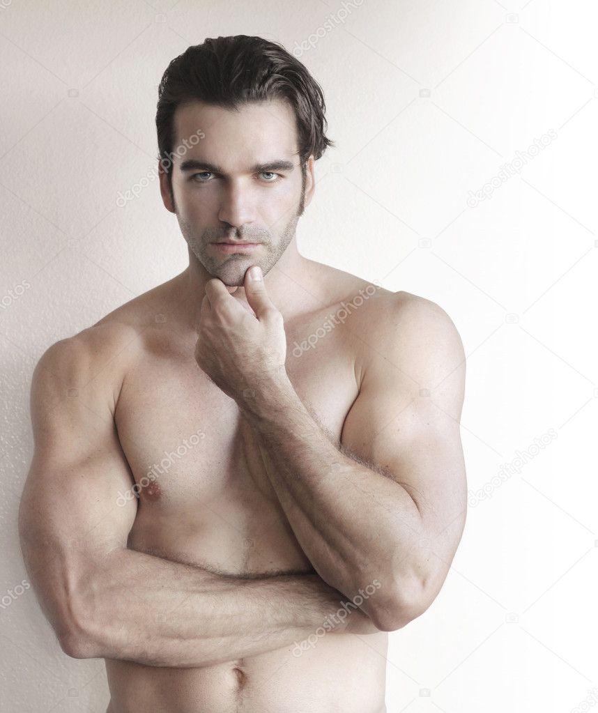Мужчина потирает своими руками