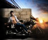 Sexy man op de motorfiets — Stockfoto