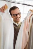 在店里的衣服选择衬衫的成年男子 — 图库照片