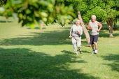 Actieve senior joggen in stadspark — Stockfoto