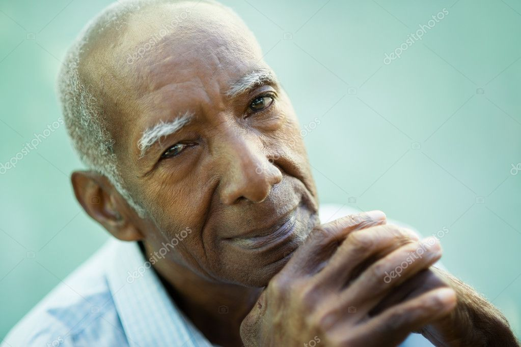 Portrait of happy senior hispanic man looking at camera and smiling. Close-up of face, copy space — Stock Photo #11505800