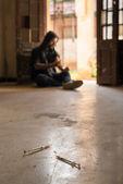 Middelenmisbruik, jonge man injecterend drugsgebruik met spuit — Stockfoto