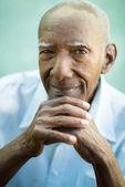 Mutlu eski siyah adam kameraya gülümseyen closeup — Stok fotoğraf