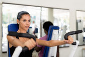 Sport training and working out in fitness club — Photo