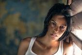 被虐待和殴打年轻女人在家里哭 — 图库照片