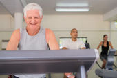 Senior man exercising in wellness club — Stock Photo
