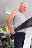 Senior man exercising in wellness club — Stock Photo