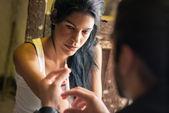 Leki i, człowiek pomaga kobieta z strzykawka heroiny — Zdjęcie stockowe