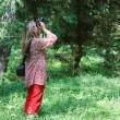 A woman with a camera on the nature - 图库照片