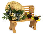 Wooden stool with old hat and sunglasses — Stock Photo