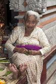 Senior mujer sentada cerca del templo — Foto de Stock