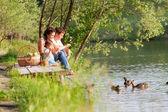 Família ao piquenique perto do lago — Foto Stock
