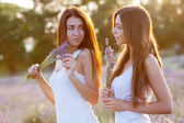 Two girls on the meadow — Stockfoto