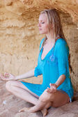 Menina loira na areia — Fotografia Stock