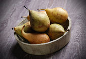 Pears in wooden bowl — Stockfoto