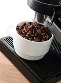 白いコーヒー カップ コーヒー メーカー機械 — ストック写真