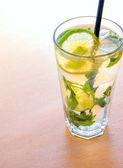 Mojito cocktails com limão — Fotografia Stock