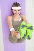 χαμογελαστή γυναίκα καταλληλότητας στο γυμναστήριο ματ τέντωμα — Φωτογραφία Αρχείου