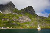Bateau de pêche dans le fjord — Photo