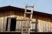 лестница на крышу старого дома — Стоковое фото
