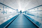 Cestující řítí přes eskalátor — Stock fotografie