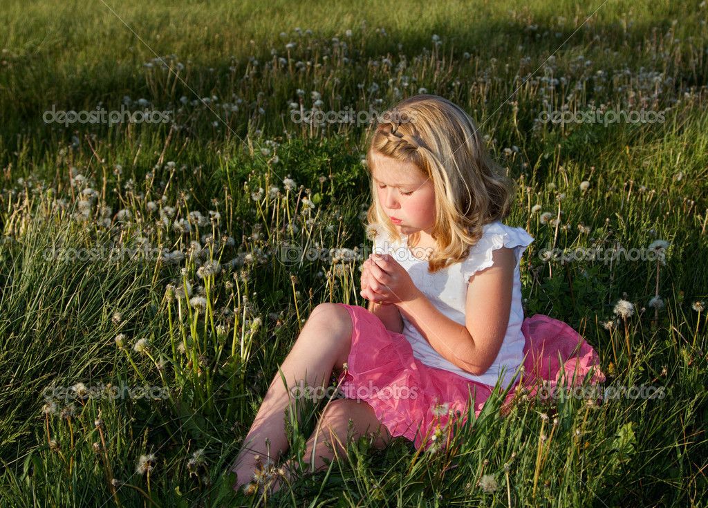 Girl blowing danelion in a field of grass — Stock Photo #10967018