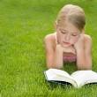 meisje lezen buitenshuis — Stockfoto