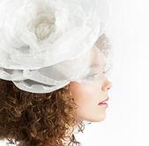 巻き毛の白の弓と幸せな美しい女の子 — ストック写真
