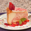 Plate of strawberry cheescake with fresh strawberries — Stock Photo #10973497