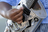 African american guitarist playing in lve concert — Fotografia Stock