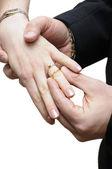 Brudgummen utsläppande ringen på fingret — Stockfoto